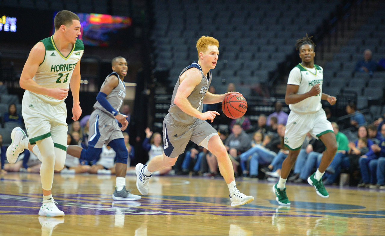 Men's basketball stumbles late, falls in Causeway Classic