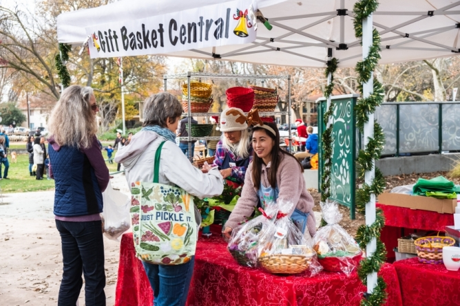 Davis wraps up holidays at Farmers Market