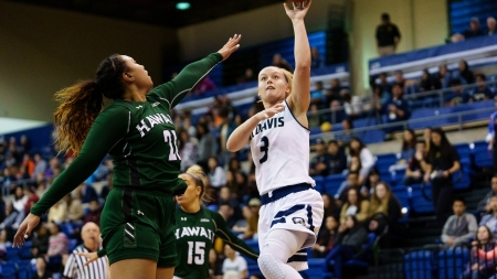 Women's basketball wins 10th straight game in blowout